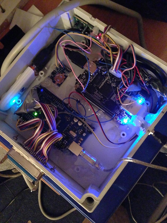 BeagleBone und Arduino in einer Box, gefüllt mit Heißkleber